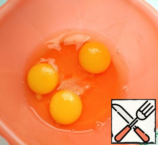 Beat eggs with salt with a whisk.