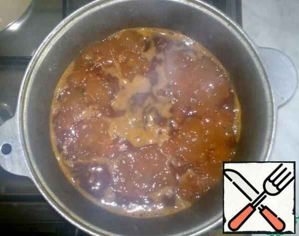 Then pour boiling water and cook on low heat under the lid for about an hour until the meat softens.