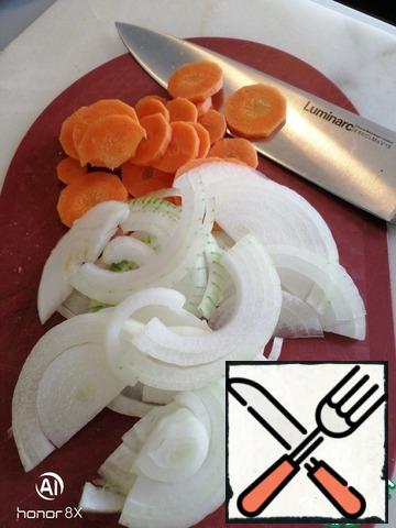 On the Internet there are different versions of broth: from milk to cucumber brine. Classic - a thick fish broth. The broth doesn't happen often. Often make a vegetable in a frying pan! Noble fish, lemon, salt and a rich broth of onions and carrots - enough.