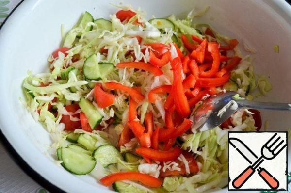 Pepper cut into short strips and mix with vegetables.