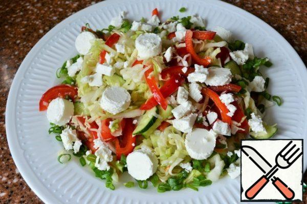 Put the vegetable mixture on a serving dish, on vegetables - pieces of cheese.