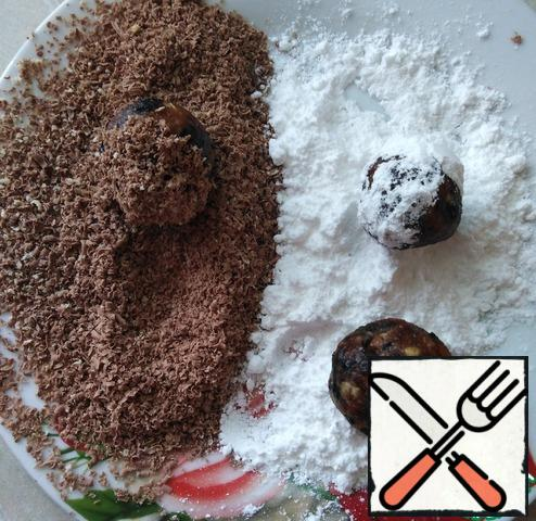 Add lemon juice, moisten hands with water and roll small balls from the mass, roll in chocolate chips and for those who are on a diet in coconut.