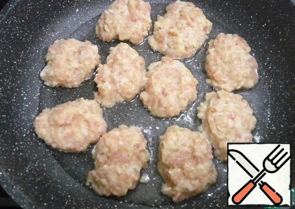 Heat a frying pan, add vegetable oil and spread a tablespoon of minced meat.