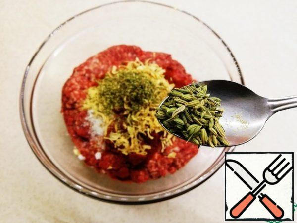 Of equipment for stuffing sausages will need a sausage filler or a meat grinder with a nozzle for making sausages.To minced meat (the best minced meat is the one you made yourself) add all the spices and knead.