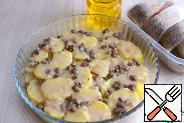 Add the prepared mushroom sauce to the potato layer.