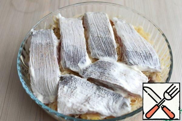 On a layer of cheese straws put pieces of walleye. Form placed in a preheated oven to t 190-200*C. Bake until tender. Approximate baking time 20-30 minutes.