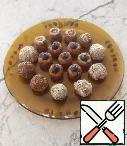 Wet hands to give the candy the shape of a ball and roll in the seeds. Or use a silicone mold for candy. Place the candy in the refrigerator for at least 1 hour. Great treat for tea. Bon appetit!