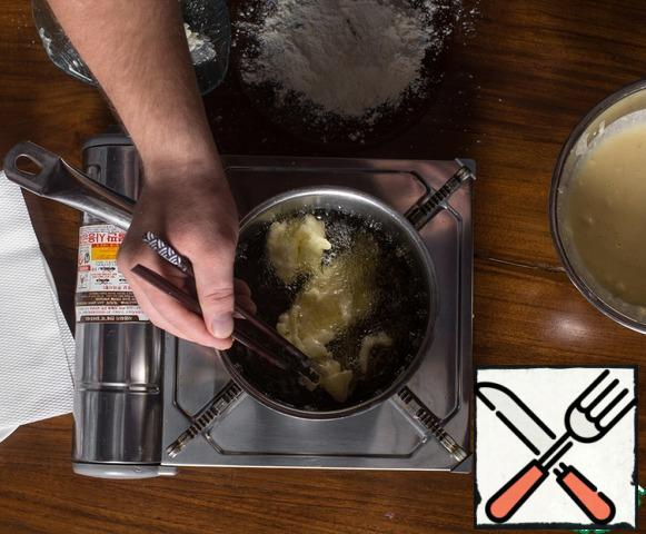In a deep frying pan (in a deep fryer, in a saucepan), pour a large amount of vegetable oil, so that it completely covers the pieces when frying and heat on the stove to 160 °C.