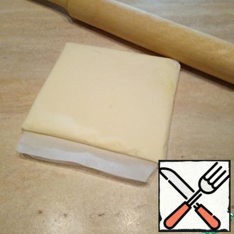 And with a rolling pin to evenly distribute the butter is the size of the square, filling the void. Put it in the fridge for the dough.