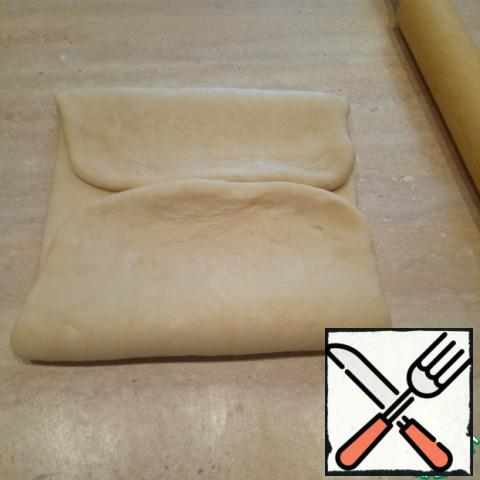 Wrap the edge of the dough on top of 1/3 and bottom 2/3. Lightly rolled with a rolling pin, especially at the junction.