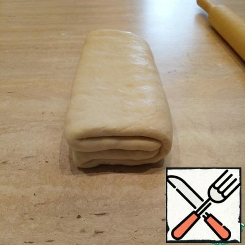Next, fold the dough in half to him, a little flatten. That's what happened - 4 layers of oil and 8 layers of dough. Wrap in film (parchment) and refrigerate for 1 hour. This step is very important, do not ignore! Let the dough rest!