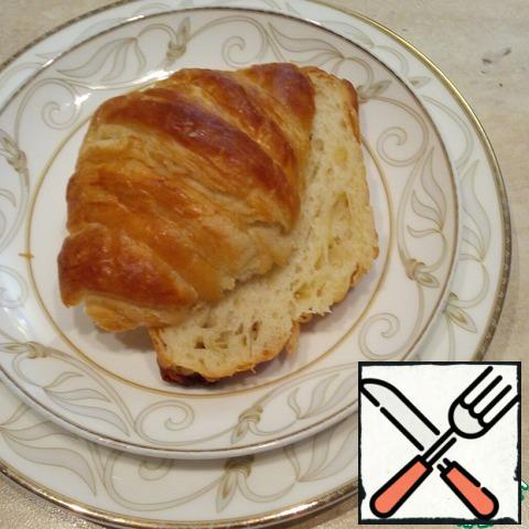 I make croissants myself from puff pastry. The link to the recipe ladies in the end. You can certainly use the finished dough or just take the finished croissants, then the cooking process will be instant!And so, a croissant cut in half lengthwise and dry on the grill in the oven at 180-200* 2-3 mins until it will turn brown.