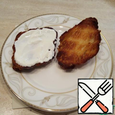 The lower half of the croissant smear with a spoon of sour cream (you can take whipped cream)