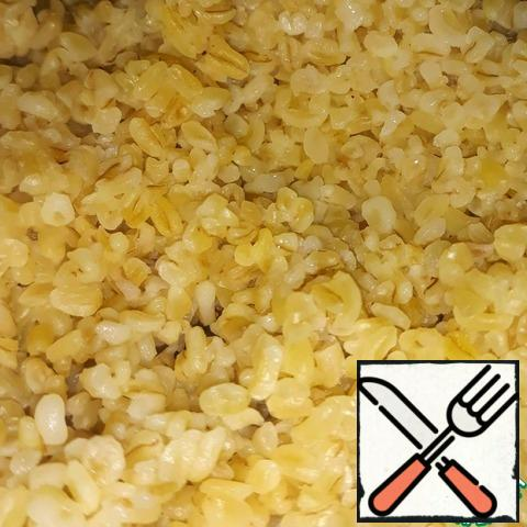 Rinse the bulgur. Fill it with water in a ratio of 1 to 2.5. At 160 grams of bulgur needed 320 grams of water. Bring to a boil and cook for 10-15 minutes;