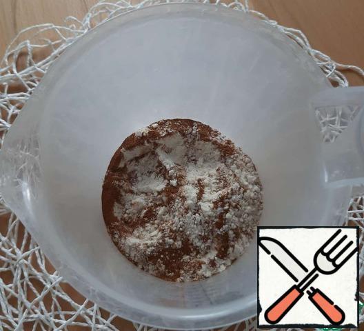Mix flour with baking powder. Add cinnamon. Stir.