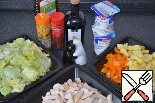 All our ingredients!Boil the breast or, best of all, fry the whole breast in a dry pan under a closed lid for about 10 minutes. Cool and cut into cubes. I fry chicken in the evening, and in the afternoon, the next day, I do not need so much time to spend on cooking. Fresh pineapple cut into pieces, Bulgarian pepper cut into strips, salad - cubes.