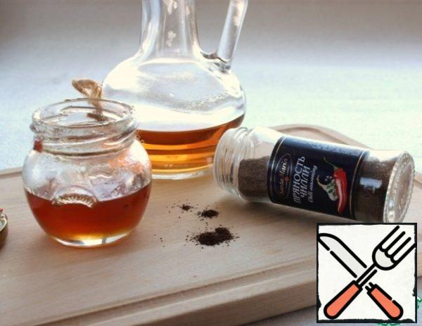 Prepare the dressing. Olive oil, honey, vinegar, pepper - all well mix.