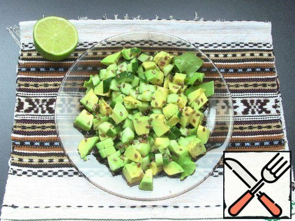 In a bowl with your hands tear the lettuce, add the diced avocado and cucumber, mix well. All season with 1 lime juice + 3-4 tablespoons soy sauce and sprinkle with flax seeds. All our light, healthy and delicious salad is ready.