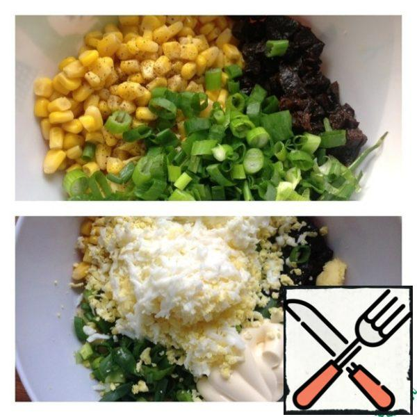 Prunes finely chop (not pre-soaked), green onions chop. Grate the egg on a medium grater, add mayonnaise and garlic, passed through the press.