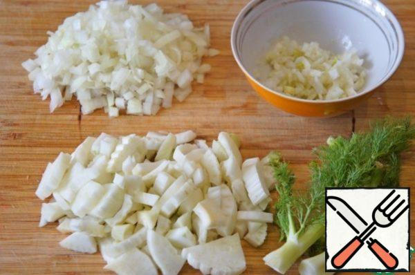Onions to chop. Cut the feathery tops of the fennel and leave to decorate the soup. Cut the bulbs into 4 pieces. One quarter cut very finely and put in a bowl with lemon juice, mix well. The rest of the fennel cut into arbitrary pieces.