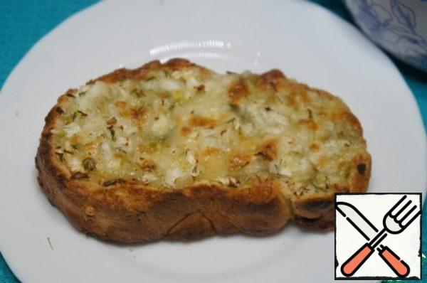 To make the dish really hearty, spread a mixture of cheese and fennel thick slices of bread and fry until Golden brown.