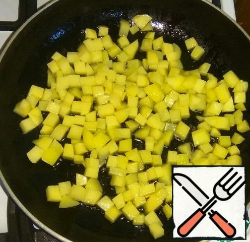 Prepare the stuffing. Peel potatoes, cut into small cubes.