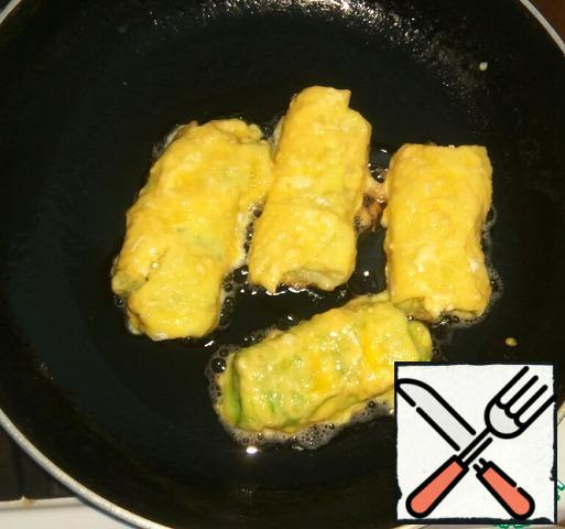 Fry on both sides in a heated pan with vegetable oil. Fry on a small fire until Golden brown.
