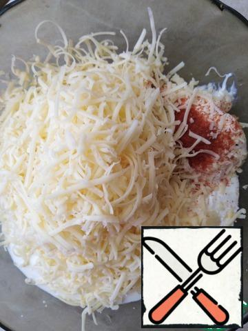 Cheese grate on a small grater (100g) and add it in a bowl with spices, mayonnaise and sour cream.