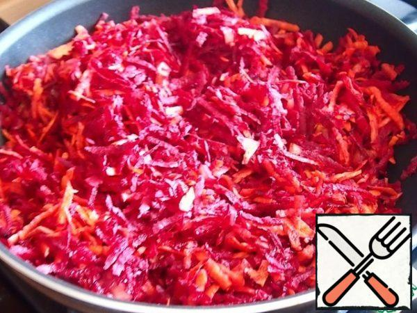 The filling is simple to a disgrace. Fry the onion in sunflower oil, add the beets and carrots grated on a large grater. Simmer under a lid over low heat until soft. Add the tomato sauce, stir, open the lid and hold a little more on the fire to evaporate the excess liquid.