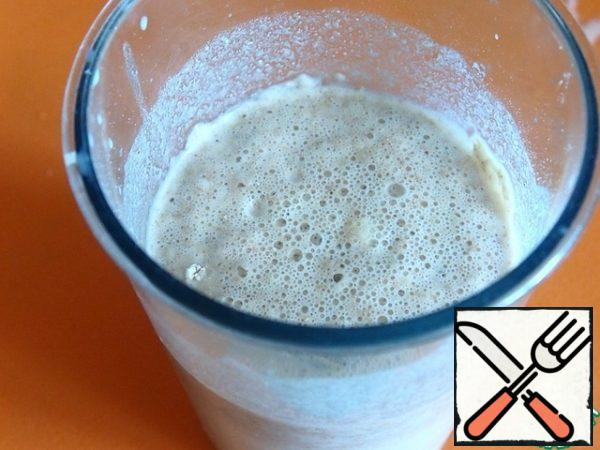 In warm milk, dissolve a spoonful of sugar, yeast and two tablespoons of flour. Put in a warm place and wait until the foam cap.