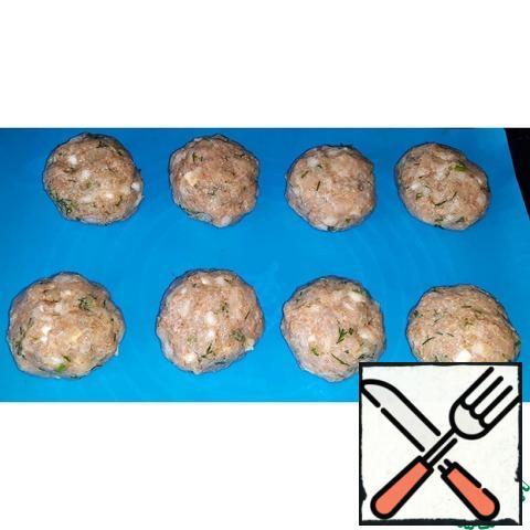 Form a wet hands 8 cutlets.