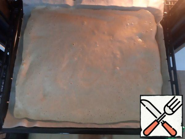 Put baking paper on a baking sheet. Pour the dough on a baking sheet, level with a spatula. Bake for 10 minutes. Get the roll and put it upside down ( baking paper will be on top) on a towel. Take another wet towel to wipe them on top of the roll on which we have baking paper. ( This is necessary to make the baking paper easily detached from the roll, and has not damaged the soft cake ) Then very quickly spread the roll with your favorite jam and twist into a roll. At this stage, the photo is not done, because you need to work very quickly. Hope explained available. That's all, you can enjoy.