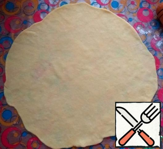 Each piece of dough roll out into a thin layer, podpisa a little flour.