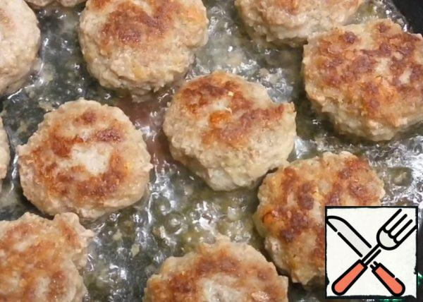 Fry the cutlets over medium heat on both sides until Golden brown. Juicy minced cutlets are ready! All Bon appetit!