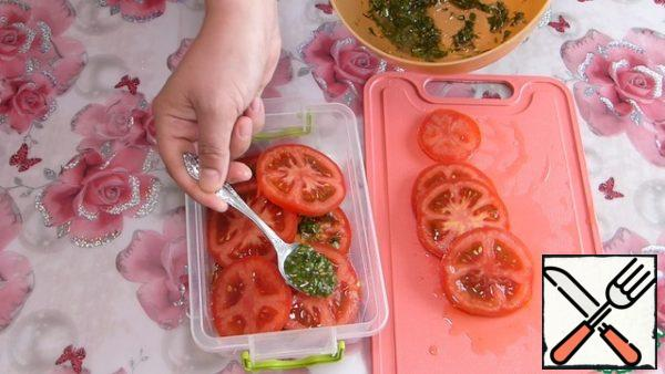 Spread the tomatoes in a convenient sudock one layer. On each slice spread the marinade. From the tomatoes-then the marinade. And so-until all the tomatoes and the marinade. Close sudock and send for 30 minutes in the refrigerator.