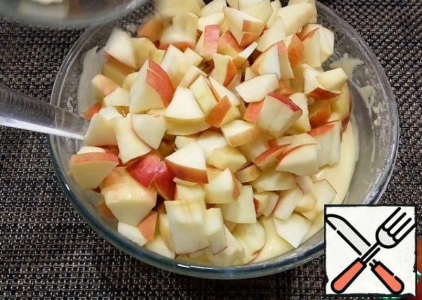 Apples clear of the core and cut into small slices. Mix the apples with the dough.