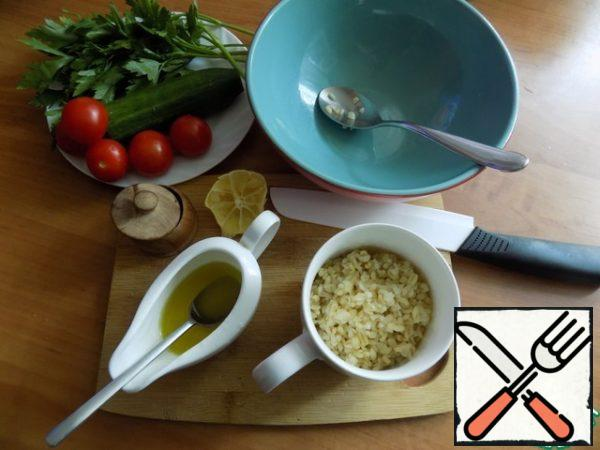 Bulgur should be cooked in advance or, if it is small, then steamed. It needs to be warm. I'm tired of bulgur, that he was fine. We're preparing everything I need for my tabula. I'll use cucumber, cherry tomatoes and parsley. Make the dressing. Combine olive oil and lemon juice. I squeezed the juice out of a slice of lemon.