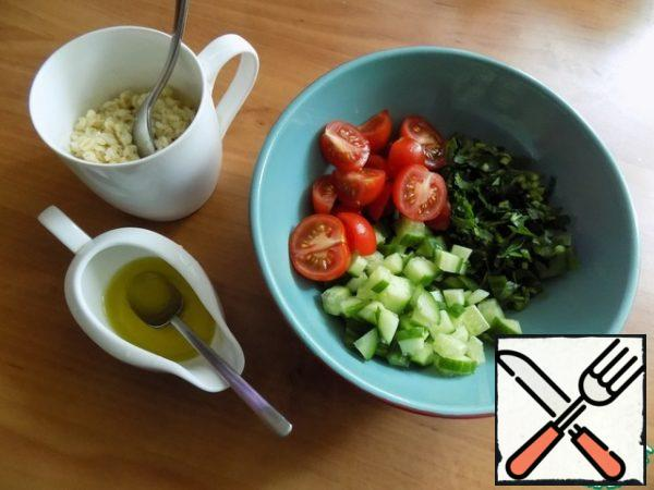 For salad vegetables are cut finely. I cut the parsley and cucumber into small pieces and cherry into quarters. Send in the salad bowl. Warm bulgur should be filled with cooked dressing.