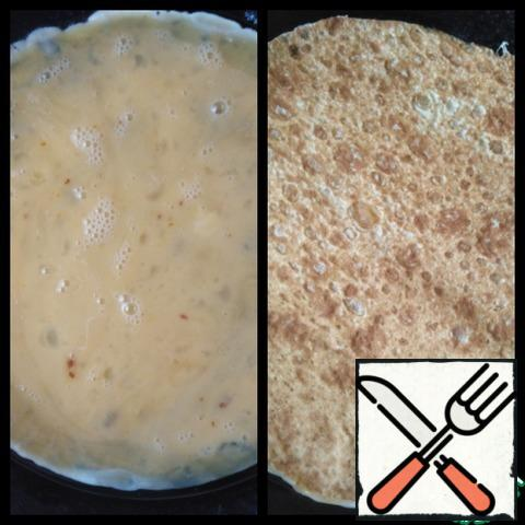 Butter warm up, pour the eggs and put the pita on top, gently press a little. P. S. need a thin Pita bread, if not round, it is possible for the diameter of the pan cut round rectangular.