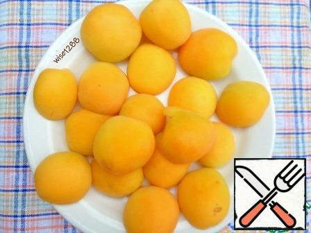 In the apricots, remove the seeds, divide into halves.