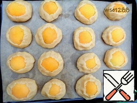 Formed cookies shift on a baking sheet, covered with baking paper. Bake at 180 degrees for 25 minutes (focus on your oven, bake until Browning).