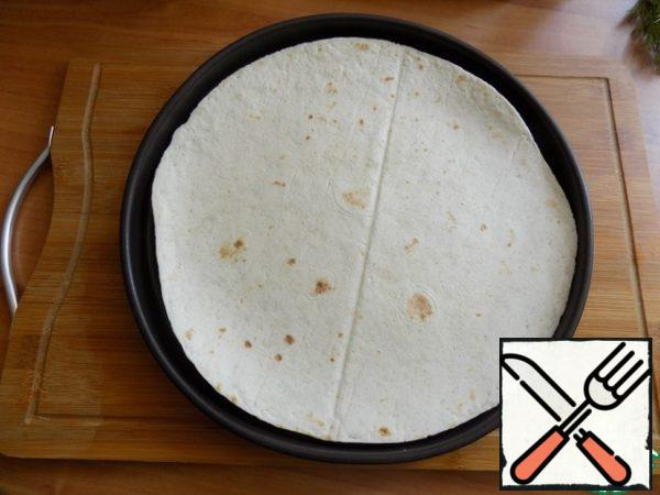 I use ready-made tortillas and I need to warm them up a little. I will do it in the oven preheated to t-180 C and literally hold each cake with 1 minute. Do not dry them, t to them then you will not wrap! Cakes can be heated on any dry pan without using the oven.