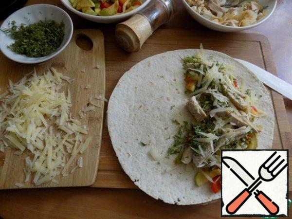 Wrap the cakes with filling. I'm going to sprinkle some hot red pepper on the cake. RUB the cheese on a medium-sized grater. On the cake spread half of the grated cheese. Cheese-vegetables, vegetables-Turkey and onions, Sprinkle with herbs. I use fennel. Sprinkle the last layer again with cheese.