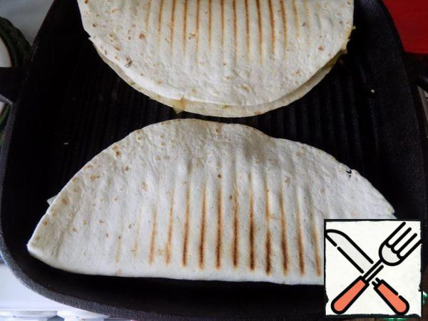 Tortillas need to fry in a dry pan on both sides. To make them beautiful, I will use a frying pan. They'll be striped. If there is no such pan, use any.