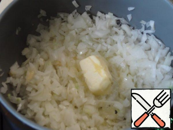 Finely cut the onion, spread it in a saucepan, and fry on medium heat, with olive oil. Stir constantly. As soon as the onion softens slightly throw a piece of butter.