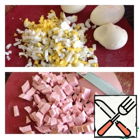 Eggs and sausage cut into medium dice, and radish with cucumber (forgot to take a picture). Add everything to the pan, stir and send to the refrigerator for at least an hour. When served on a separate dish, spread boiled in their skins potatoes. It is, instead of bread.
