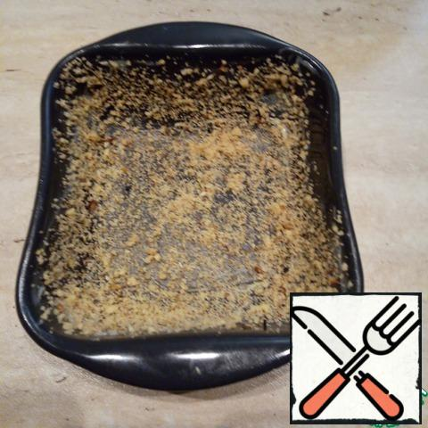 Grease the baking dish with oil and sprinkle with breadcrumbs.