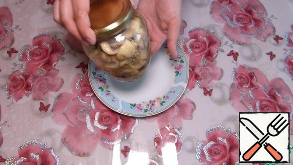 After 5 minutes, shift the mushrooms in a jar, cover with a lid and leave until cool. Then send to the refrigerator for 1 -2 hours. Honestly, we can not stand it and start eating in 30 minutes)