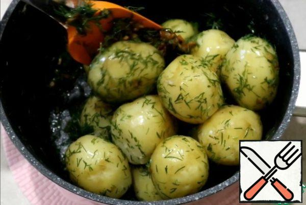 With ready potatoes drain the water and add the fry with dill. Mix well. Young potatoes are ready! All Bon appetit!