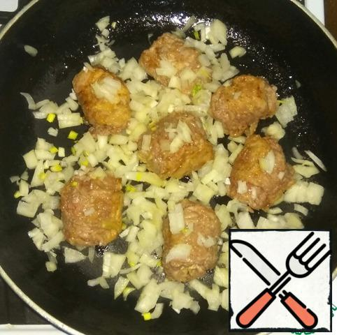 On fried rolls put finely chopped onion. Prevent, to onion, too, a bit fried.